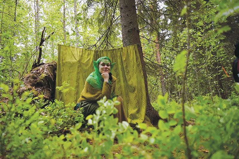 Pajuposki (Pia Krutsin) Tarinoiden metsässä. Kuva: Pia Krutsin.